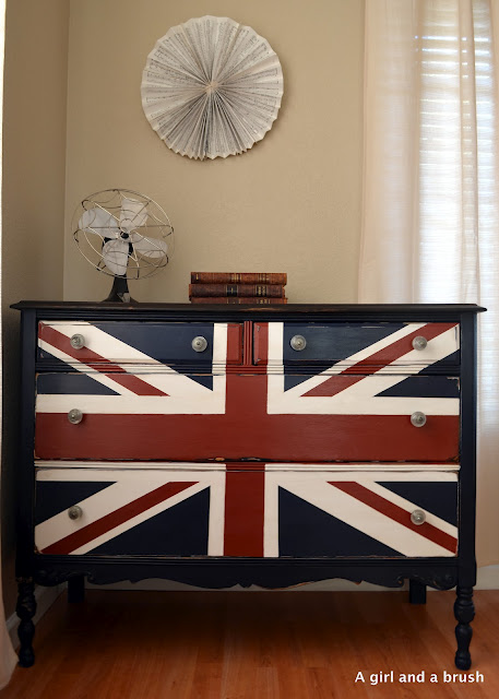 Bringing navy blue into your rooms with furniture painting
