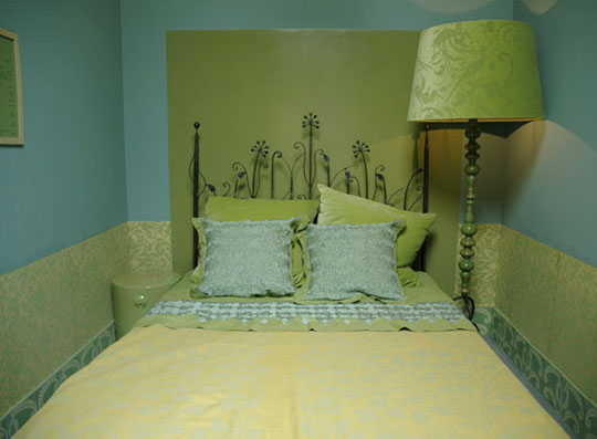 Color roundup chartreuse lime and apple green in for Apple green bedroom ideas